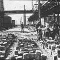 Aanleg van een weg aan het IG Farbencomplex door gevangenen. Collectie: Hans Citroen