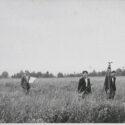 Duitse landmeters op het toekomstige bouwterrein van IG Farben in Auschwitz in 1940. Collectie Hans Citroen