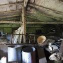 Intérieur d'une ancienne baraque du camp de concentration de Monowitz, à présent un dépôt d'immondices. Collection : Hans Citroen