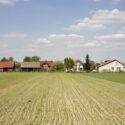 Zicht op Monowice, het naoorlogse dorpje, gebouwd op de fundamenten van het Monowitz concentratiekamp. Collectie Hans Citroen