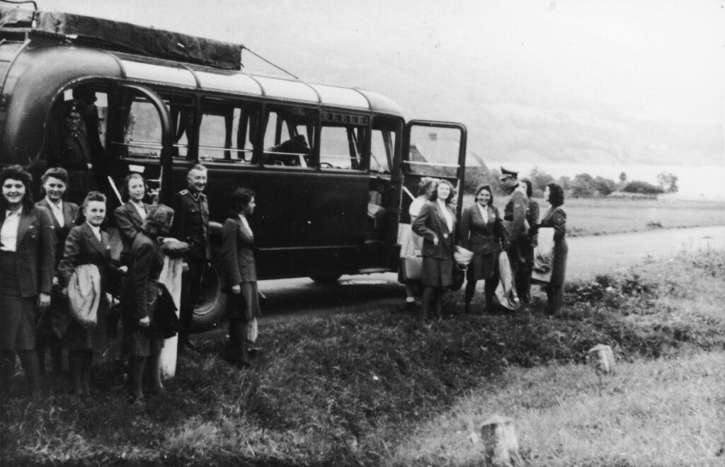 Femmes et dirigeants SS en chemin vers la Solahütte pour un long weekend. Collection : United States Holocaust Memorial Museum