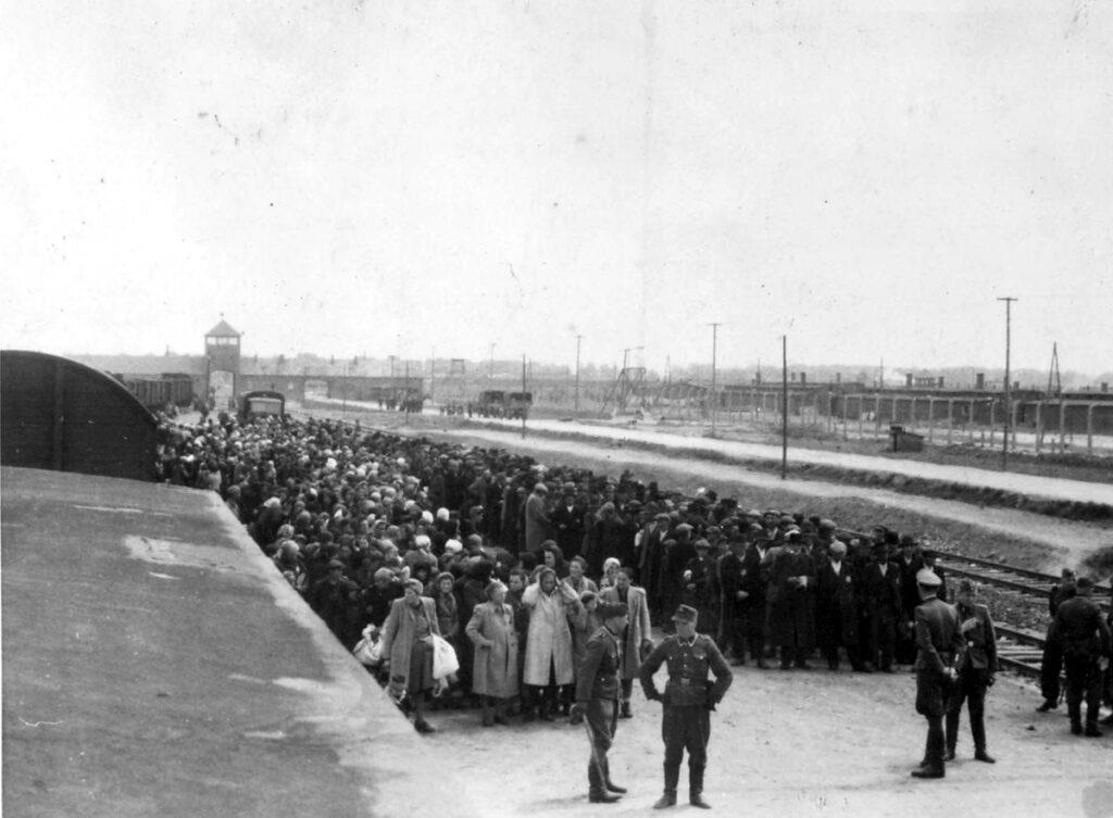 Hongaarse Joden wachten in het bosje naast de gaskamers van uitroeiingcentrum Auschwitz II-Birkenau nietsvermoedend op hun vergassing. Collectie: Yad Vashem