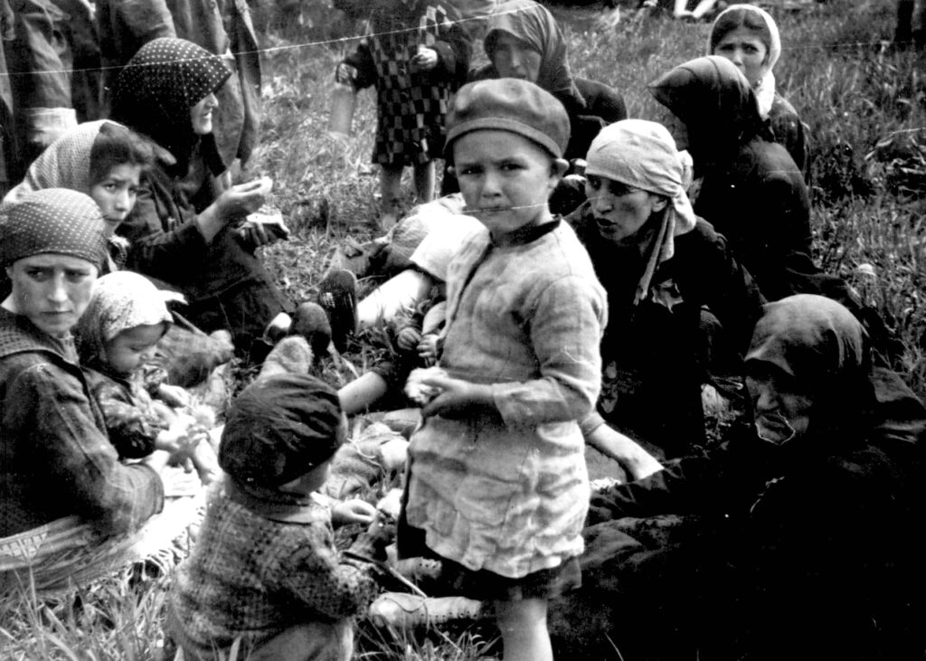 Juifs hongrois attendant dans le petit bois à proximité des chambres à gaz du centre de mise à mort d'Auschwitz II-Birkenau sans soupçonner leur sort. Collection: Yad Vashem