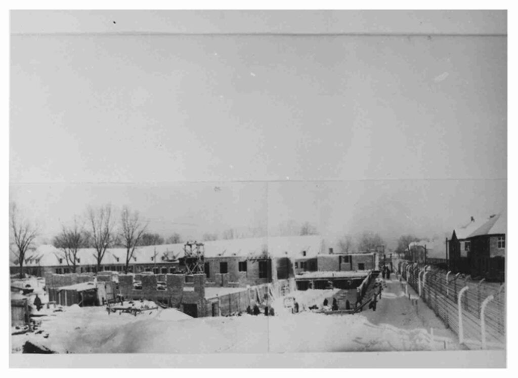 Bouw van het onthaalgebouw voor de gevangenen in 1942-1943. Vandaag is het gebouw in gebruik als bezoekersgebouw van het Auschwitz-Birkenaumuseum. Collectie: Archiwum Państwowe w Katowicach Oddział w Oświcięmiu
