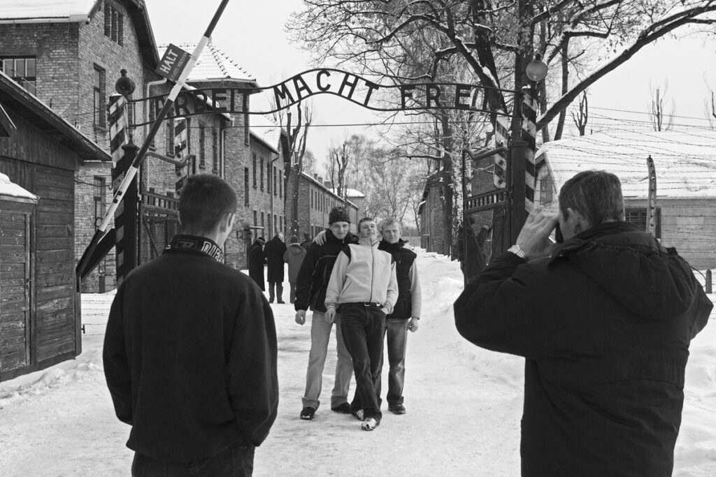 Tourists in front of the Arbeit-macht-frei-gate. Collection: Hans Citroen