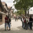 Toeristen voor het de poort Arbeit macht frei. Collectie: Hans Citroen