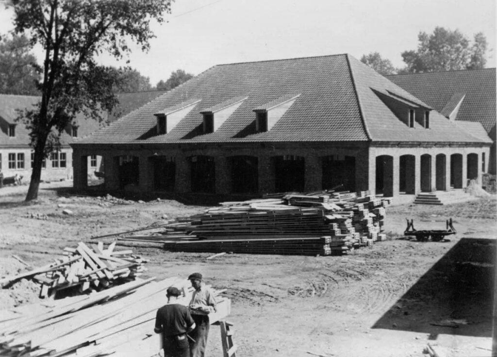 Bouw van het onthaalgebouw voor de gevangenen in 1942-1943. Vandaag is het gebouw in gebruik als bezoekersgebouw van het Auschwitz-Birkenaumuseum. Collectie: Archiwum Państwowe w Katowicach Oddział w Oświęcimiu
