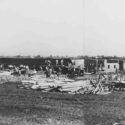 Bouw van de Kartoffelbarakken in de zomer van 1942. Aan de horizon de toegangspoort van Auschwitz-Birkenau. Collectie: Panstwowe Muzeum Auschwitz-Birkenau