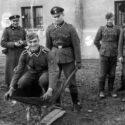 Des SS s'amusent devant le Unterkunftsgebaüde, le bâtiment des troupes SS à Auschwitz. Collection : Hans Citroen
