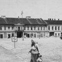 Hôtel de ville sur la place du village, dénommée place Adolf Hitler pendant la guerre, en 1940 – Collection : Hans Citroen