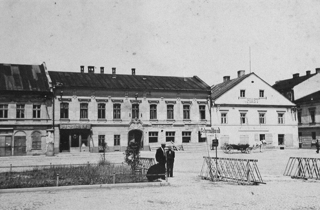 La pharmacie et l'hôtel Piast à proximité de l'Hôtel de Ville, en 1940. Collection : Hans Citroen