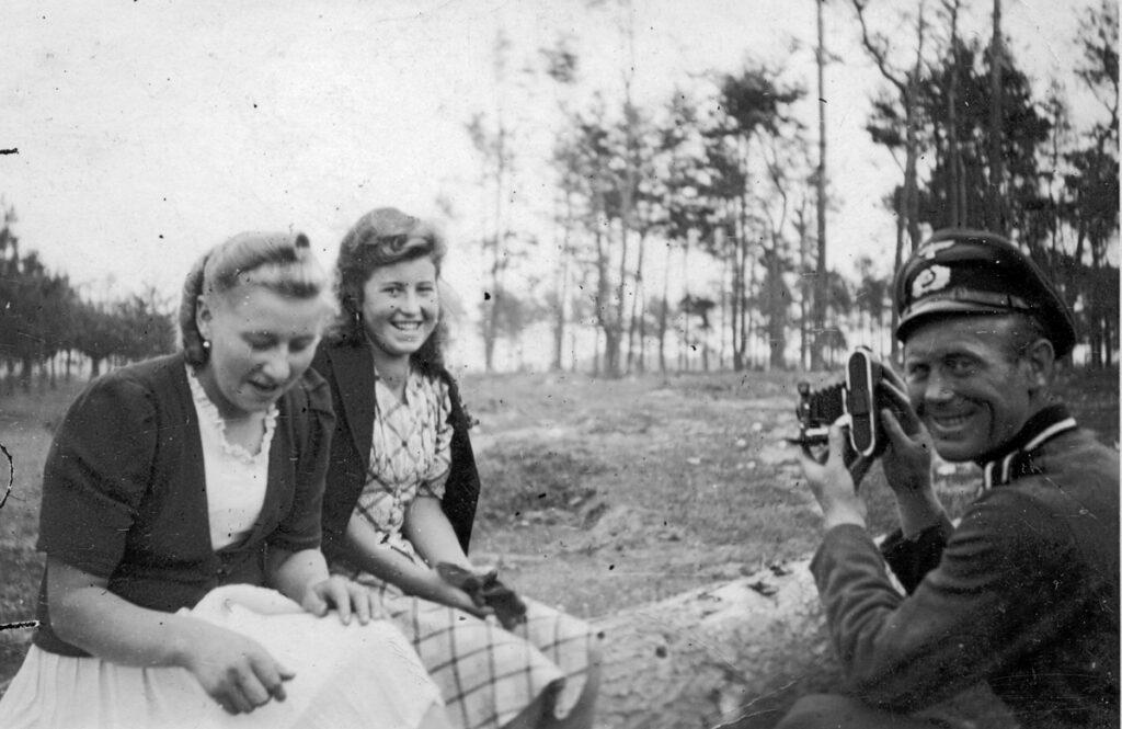 Un soldat de la Wehrmacht photographie deux jeunes Polonaises. Ses camarades l'appellent. Collection: Hans Citroen