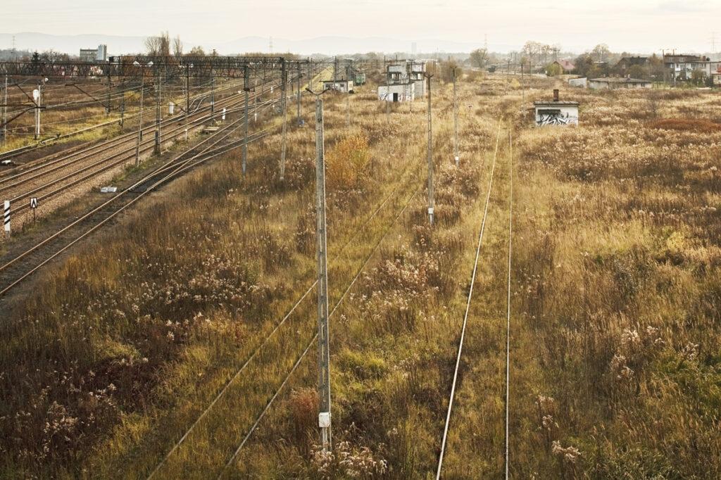 La Judenrampe vue depuis le viaduc en 2007. La rampe se situe à la droite du train vert. Collection: Hans Citroen.