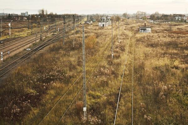 Judenrampe gezien vanaf het viaduct in 2007. De rampe lag rechts van de groene trein. Collectie: Hans Citroen
