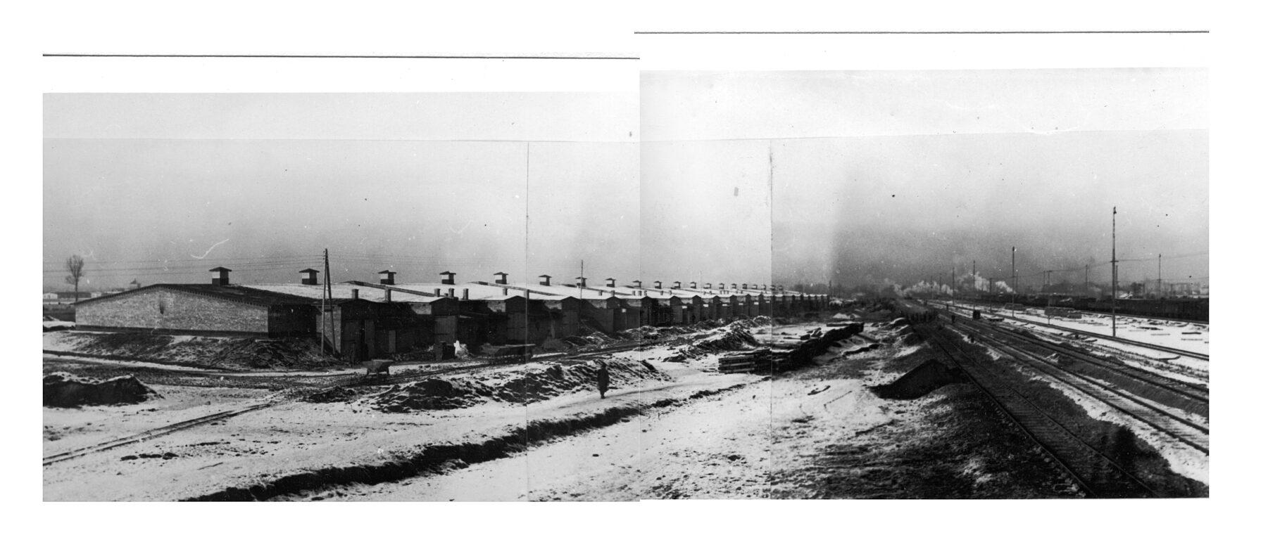 Links de Kartoffelbarakken. In het midden de toekomstige Bahnhof West en Judenrampe. 1943. Collectie: Archiwum Państwowe w Katowicach Oddział w Oświęcimiu