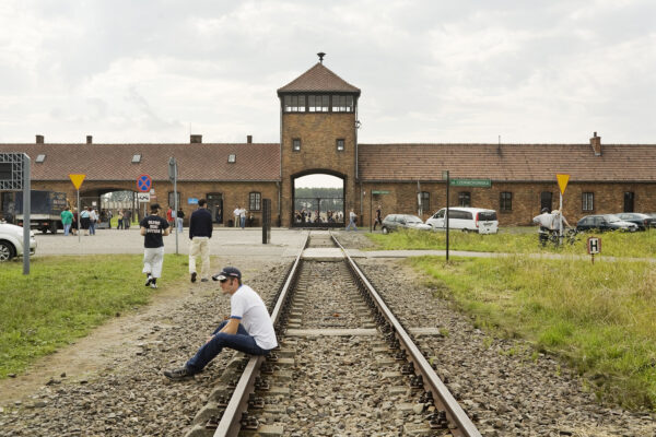 Toeristen in Birkenau. Collectie: Hans Citroen
